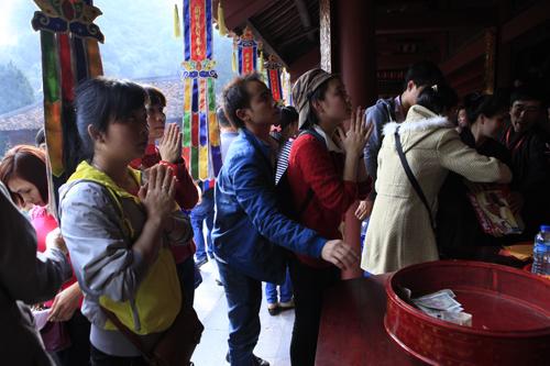 """Đi lễ chùa Hương, nhét tiền vào nhũ đá """"hối lộ"""" thánh thần - 1"""