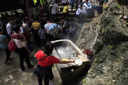 """Đi lễ chùa Hương, nhét tiền vào nhũ đá """"hối lộ"""" thánh thần - 8"""
