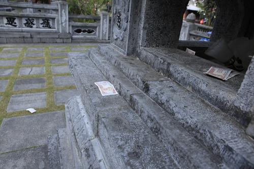 """Đi lễ chùa Hương, nhét tiền vào nhũ đá """"hối lộ"""" thánh thần - 5"""