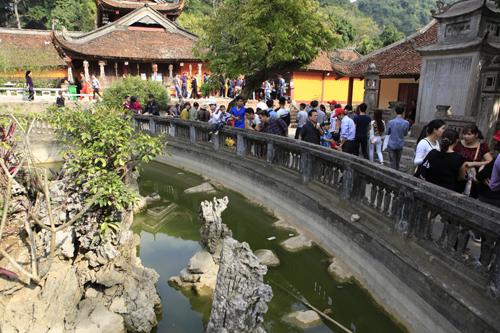 """Đi lễ chùa Hương, nhét tiền vào nhũ đá """"hối lộ"""" thánh thần - 6"""