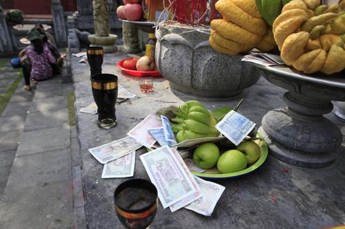 """Đi lễ chùa Hương, nhét tiền vào nhũ đá """"hối lộ"""" thánh thần - 4"""