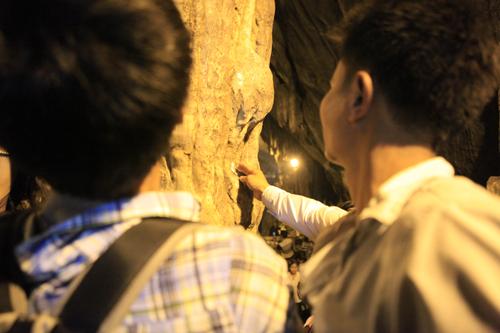 """Đi lễ chùa Hương, nhét tiền vào nhũ đá """"hối lộ"""" thánh thần - 12"""