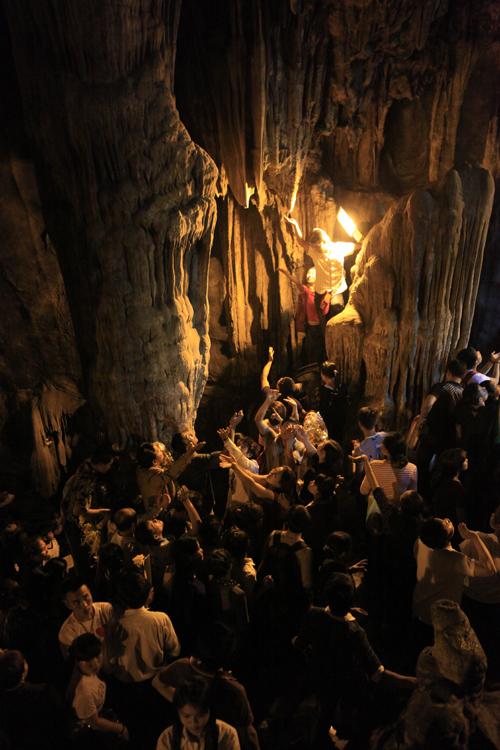 """Đi lễ chùa Hương, nhét tiền vào nhũ đá """"hối lộ"""" thánh thần - 11"""