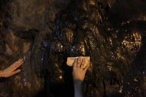 """Đi lễ chùa Hương, nhét tiền vào nhũ đá """"hối lộ"""" thánh thần - 16"""