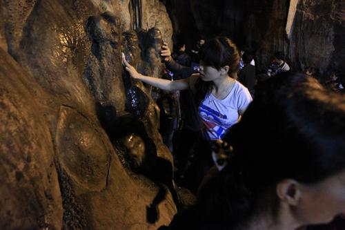 """Đi lễ chùa Hương, nhét tiền vào nhũ đá """"hối lộ"""" thánh thần - 15"""