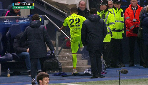 Không được đá bóng, Alves quay sang sút chai nước - 2