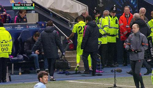Không được đá bóng, Alves quay sang sút chai nước - 3