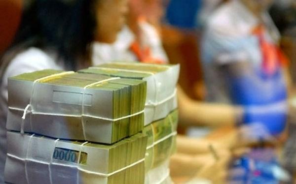 Đầu năm, khách nườm nượp gửi tiền vào ngân hàng lấy may - 1
