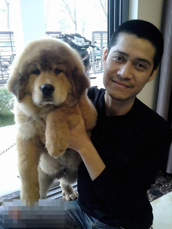 Anh T.H.N (Việt Nam) đã mang bao tải 30 triệu đồng tiền lẻ mệnh giá 1.000, 2.000 và 5.000 VNĐ đi mua một chú chó ngao Tây Tạng tên Bông.