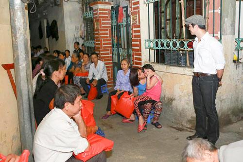"""""""Trúng số"""" phòng vé, Dustin Nguyễn đến thăm người nghèo - 5"""