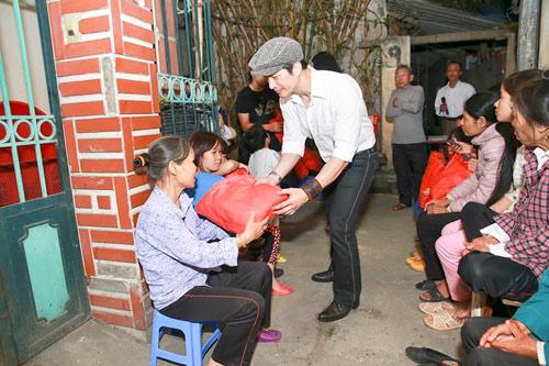 """""""Trúng số"""" phòng vé, Dustin Nguyễn đến thăm người nghèo - 4"""