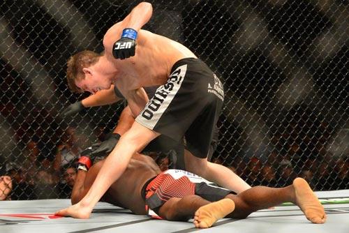 """UFC: Hạ gục """"cao thủ"""" bằng cú đấm """"ngàn cân"""" - 1"""