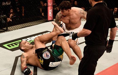 UFC: 4 năm toàn thua bỗng thắng K.O hoành tráng - 2