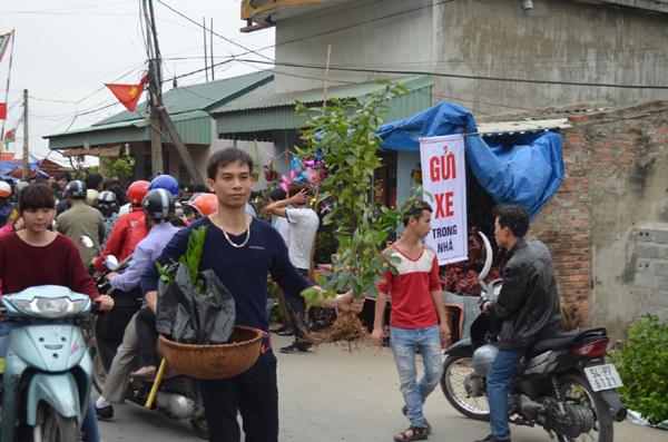 """Ùn tắc kéo dài ở phiên chợ """"mua may bán rủi"""" - 9"""