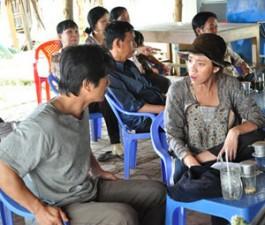 """""""Trúng số"""" phòng vé, Dustin Nguyễn đến thăm người nghèo"""