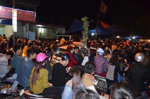 Dân chen lấn, xô đẩy đến ngất xỉu ở phiên chợ cầu may - 2