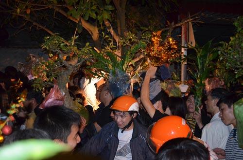 Dân chen lấn, xô đẩy đến ngất xỉu ở phiên chợ cầu may - 7