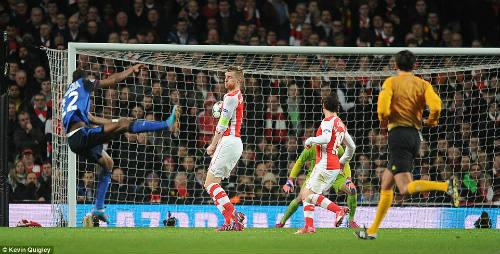 """Thua sốc, Wenger cho rằng hàng thủ Arsenal đã """"tự sát"""" - 1"""