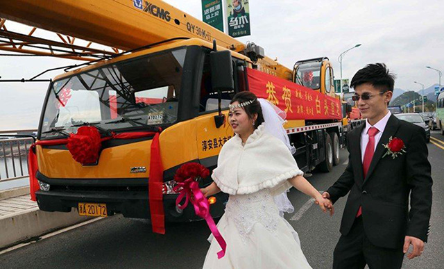 Chú rể rước dâu bằng đoàn xe cẩu trị giá hơn 12 tỷ - 2
