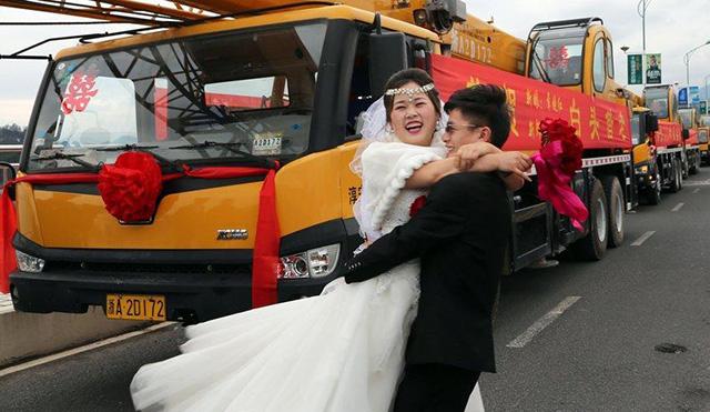 Chú rể rước dâu bằng đoàn xe cẩu trị giá hơn 12 tỷ - 3