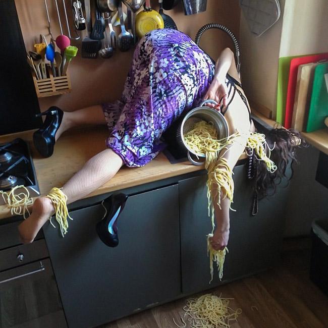 Ngã 'sấp mặt' trong nhà bếp