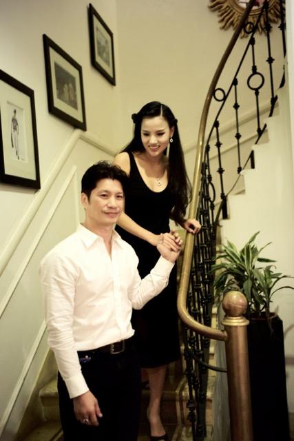 Dustin Nguyễn tình tứ với vợ siêu mẫu trong quán cafe - 5