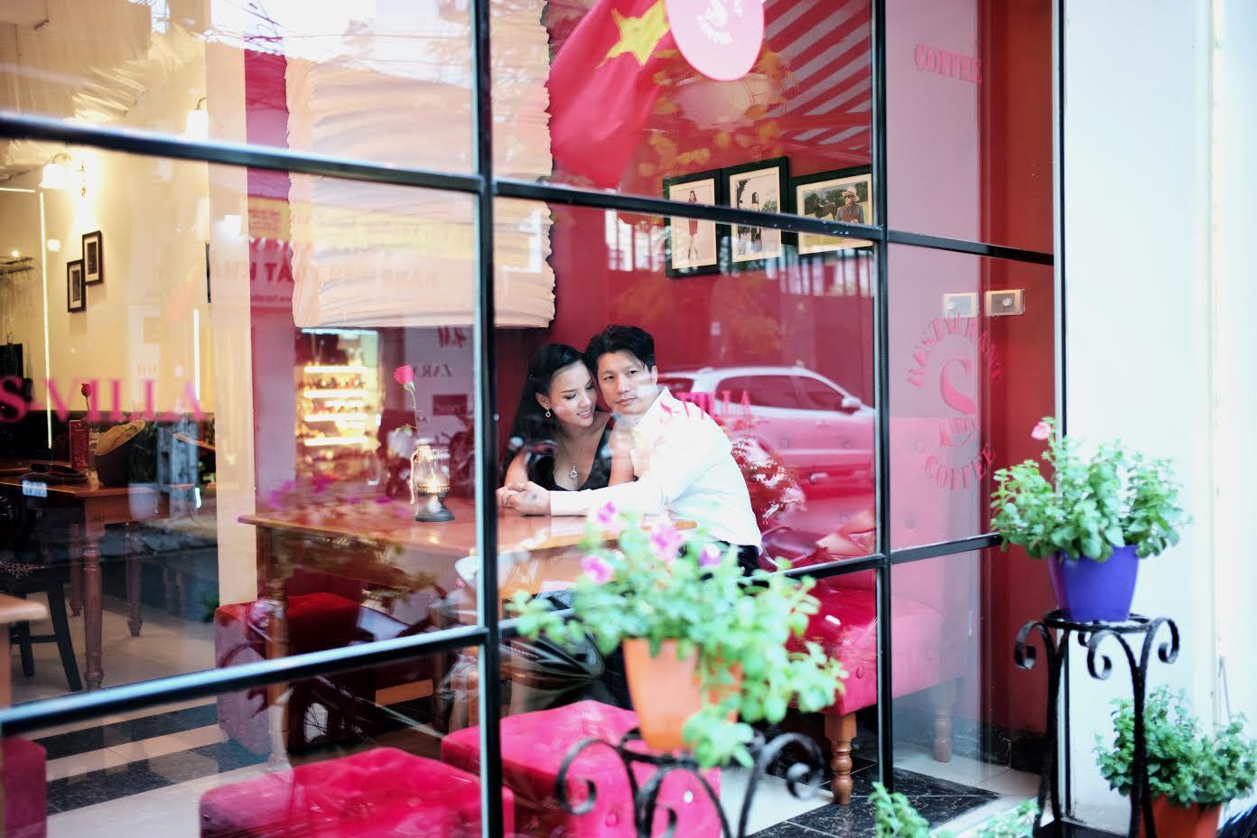 Dustin Nguyễn tình tứ với vợ siêu mẫu trong quán cafe - 1