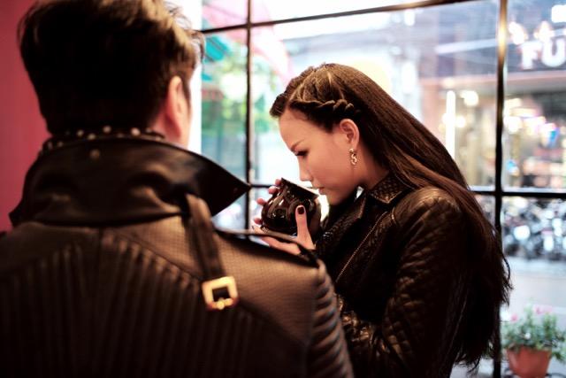 Dustin Nguyễn tình tứ với vợ siêu mẫu trong quán cafe - 6