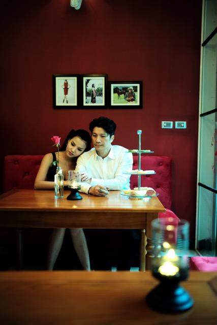 Dustin Nguyễn tình tứ với vợ siêu mẫu trong quán cafe - 3
