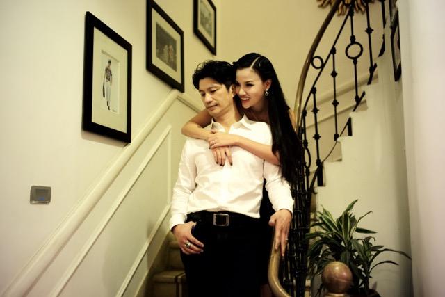 Dustin Nguyễn tình tứ với vợ siêu mẫu trong quán cafe - 4