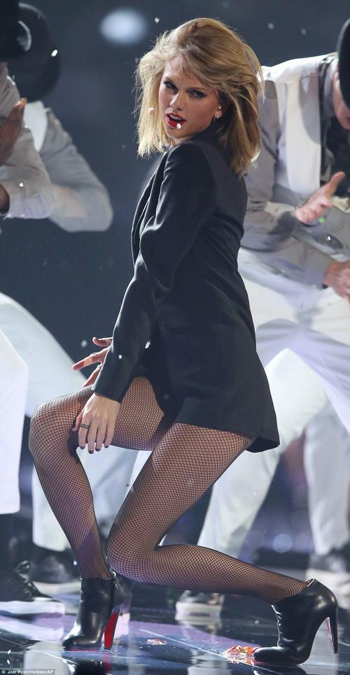 Clip Madona trượt ngã trên sân khấu Brit Awards 2015 - 2