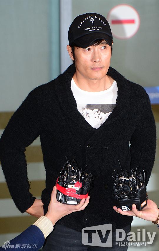 Lee Byung Hun cúi đầu xin lỗi vợ giữa sân bay - 3