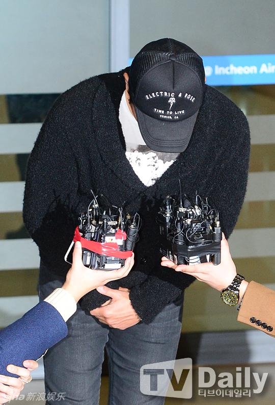 Lee Byung Hun cúi đầu xin lỗi vợ giữa sân bay - 2