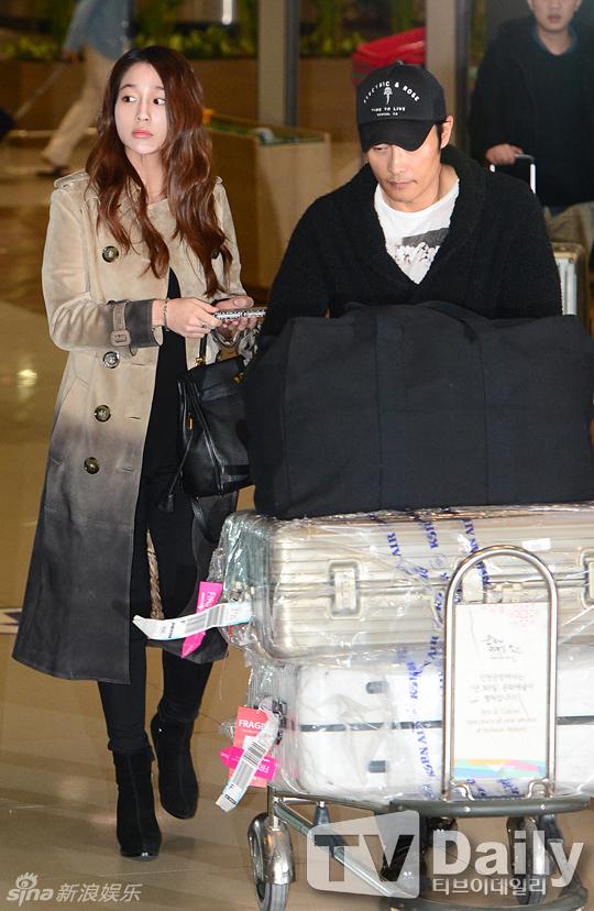 Lee Byung Hun cúi đầu xin lỗi vợ giữa sân bay - 1