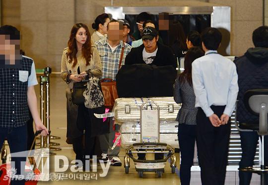 Lee Byung Hun cúi đầu xin lỗi vợ giữa sân bay - 6