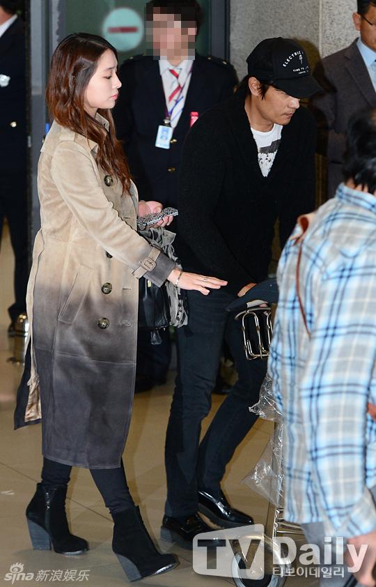 Lee Byung Hun cúi đầu xin lỗi vợ giữa sân bay - 4