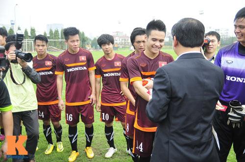 Thứ trưởng tới lì xì, ĐT U23 Việt Nam được nghỉ sớm - 11