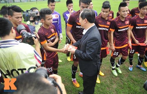 Thứ trưởng tới lì xì, ĐT U23 Việt Nam được nghỉ sớm - 12