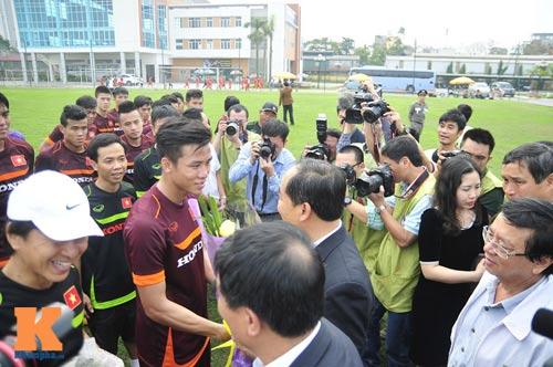 Thứ trưởng tới lì xì, ĐT U23 Việt Nam được nghỉ sớm - 10