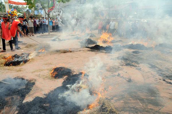 Mướt mồ hôi kéo lửa thi nấu cơm làng Thị Cấm - 9