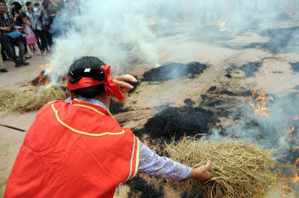 Mướt mồ hôi kéo lửa thi nấu cơm làng Thị Cấm - 11