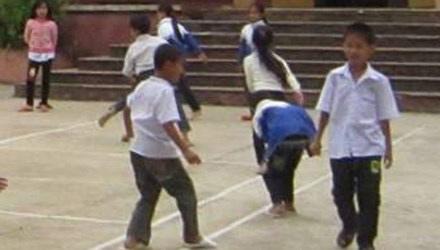 Giáo viên góp tiền nuôi học trò nghèo - 1