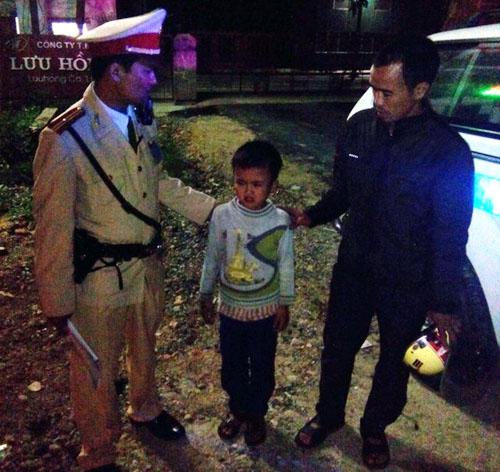 Nghệ An: CSGT giúp cháu bé đi lạc đoàn tụ với gia đình - 1