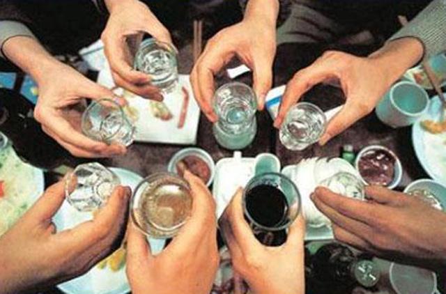 Đánh nhau dịp Tết: Có nên cấm bán rượu bia sau 22h? - 2