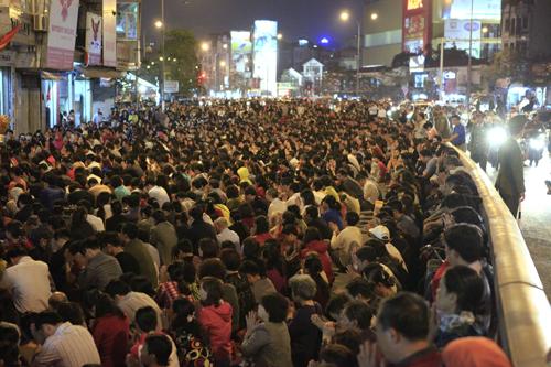 HN: Hàng nghìn người ngồi kín lòng đường dâng sao giải hạn - 1