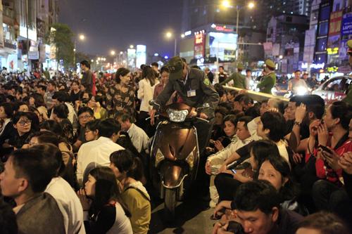 HN: Hàng nghìn người ngồi kín lòng đường dâng sao giải hạn - 4