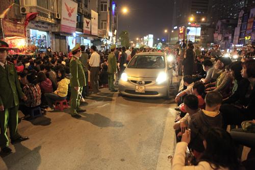 HN: Hàng nghìn người ngồi kín lòng đường dâng sao giải hạn - 3