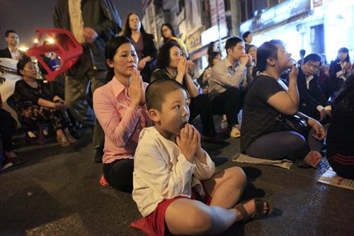 HN: Hàng nghìn người ngồi kín lòng đường dâng sao giải hạn - 9