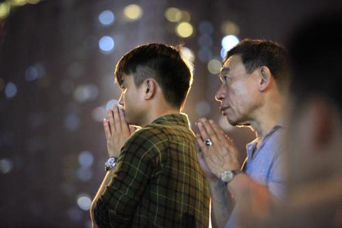 HN: Hàng nghìn người ngồi kín lòng đường dâng sao giải hạn - 10