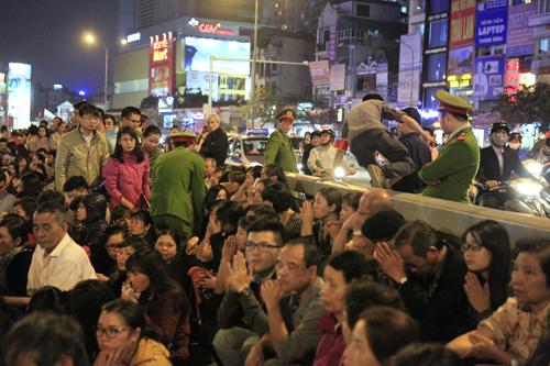 HN: Hàng nghìn người ngồi kín lòng đường dâng sao giải hạn - 5